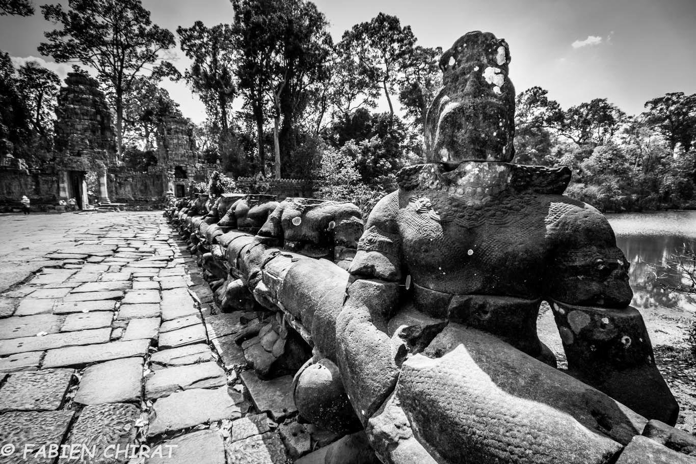 Balustres de pont (guerriers tenant un cobra).