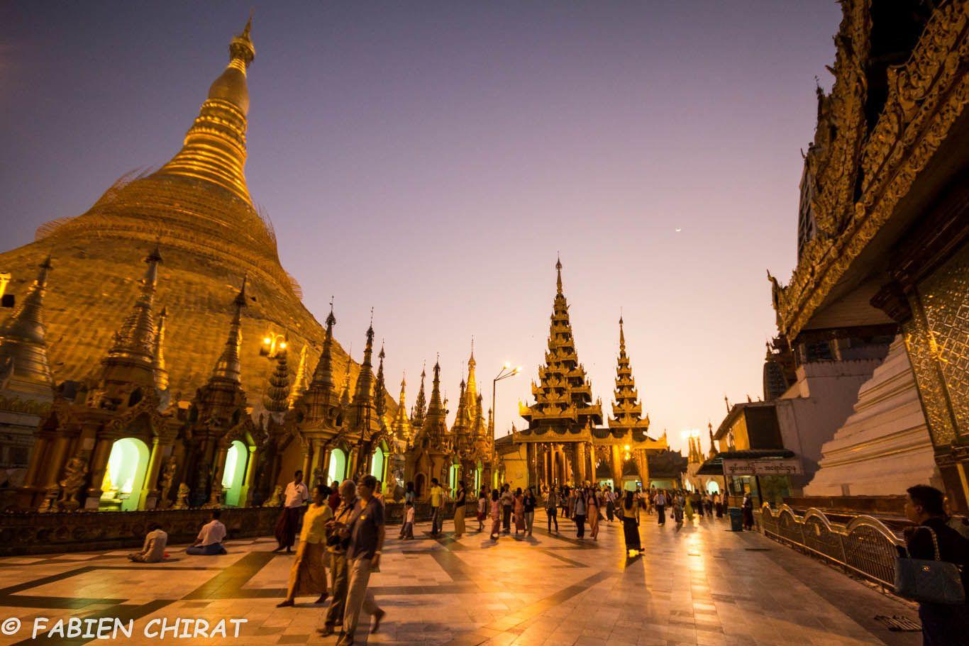 pagode Shwedagon au crépuscule.