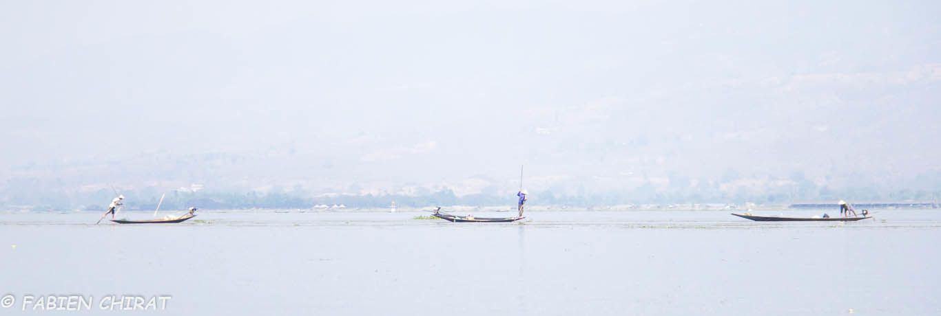 Pirogues sur le lac.