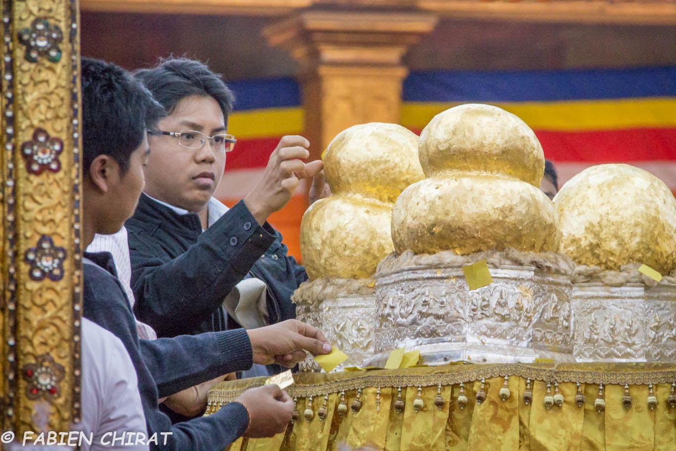 Bouddhas recouverts de feuilles d'or par les fidèles (les femmes n'ont pas le droit de les appliquer elles-même.