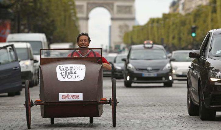 Antoine de Maximy au volant de sa voiture à pédales (Crédit photo : Christophe Russeil - FTV)