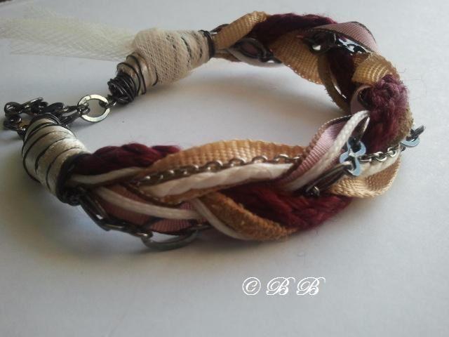 Mélange tressé de cordons, chaînes, rubans, fils...