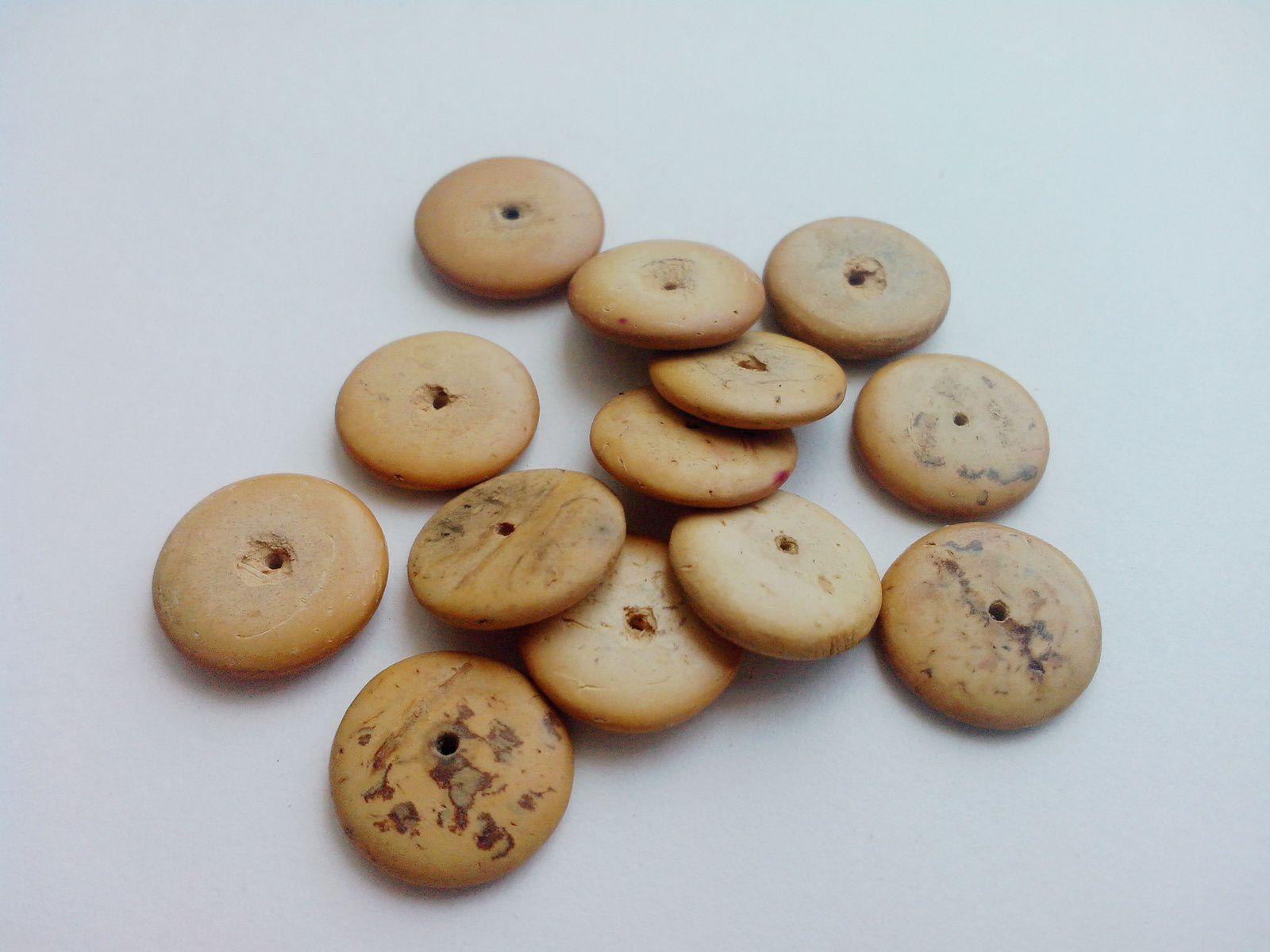 Pour commencer, voici pêle-mêle les premières perles en bois disponibles...