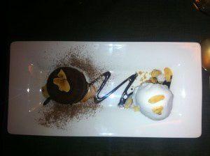 Le gâteau au chocolat et sa boule de glace coco