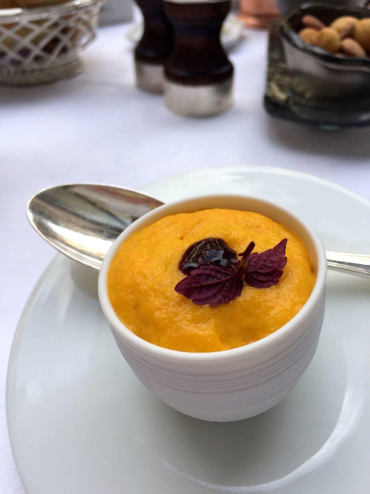Amuse-bouche : chiboust de carottes nouvelles, oseille, gelée de fruits rouges