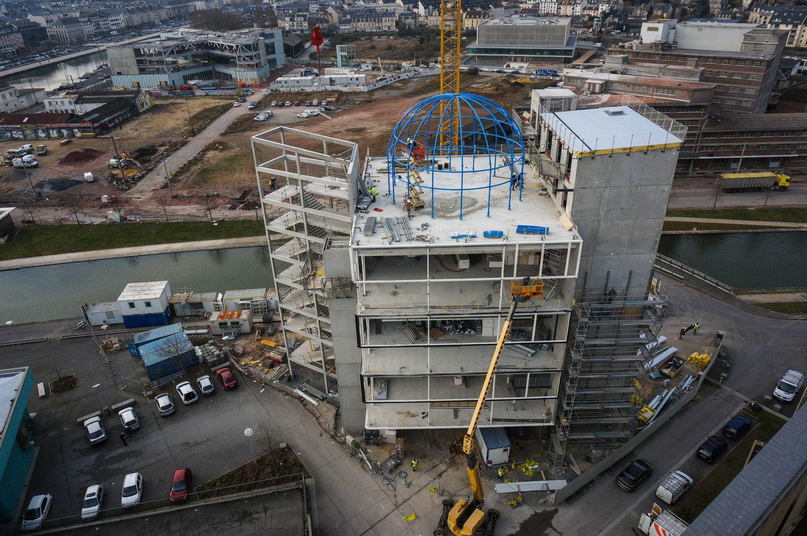 La pose du dôme de la Maison de la Recherche et de l'Imagination de Caen s'est déroulée aujourd'hui, à plus de 30m du sol. Photo aérienne François Monier