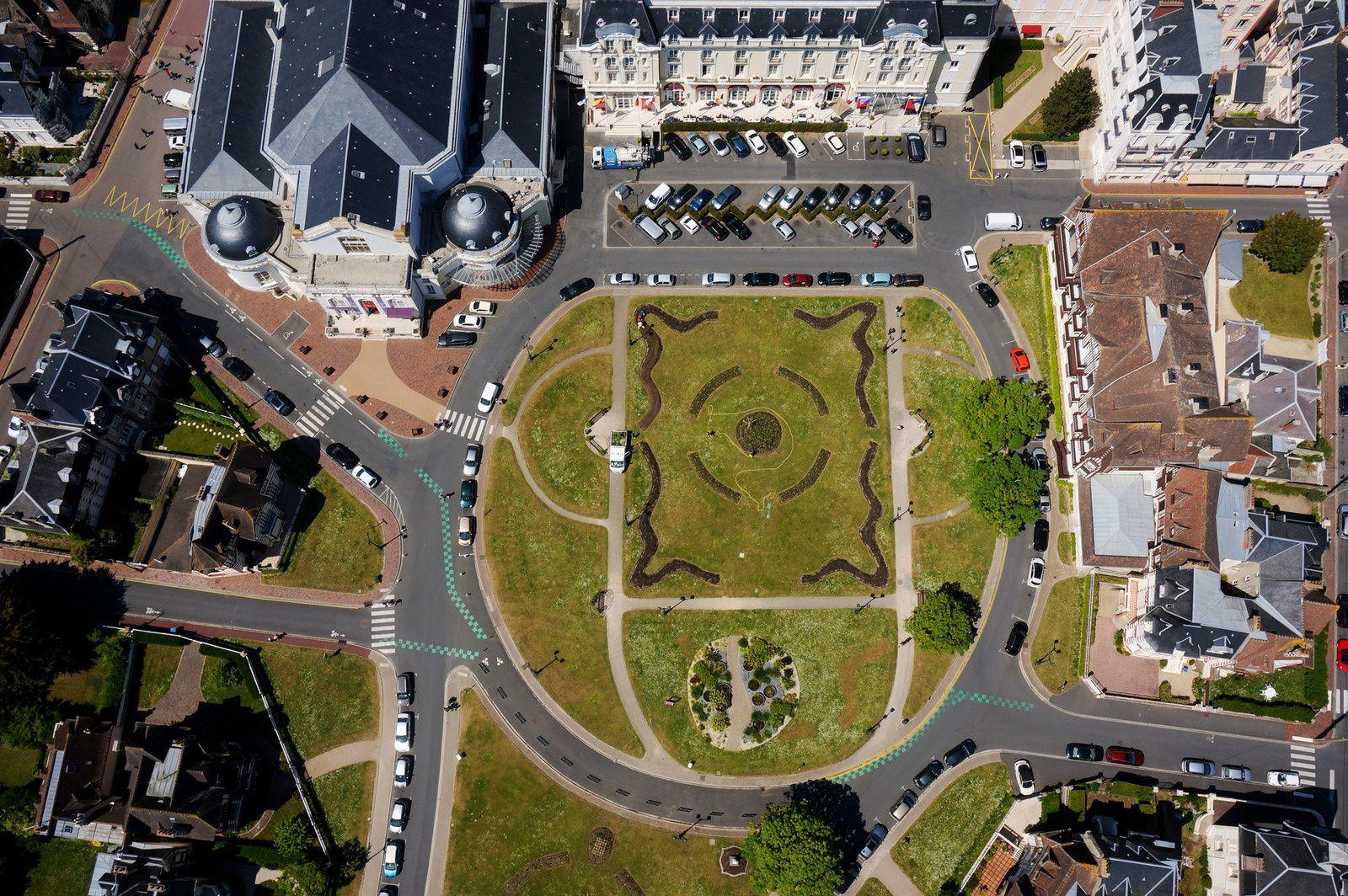 Vue zénithale sur la place du Grand Hôtel de Cabourg et le Jardin du Casino. Photo aérienne François Monier. Mai 2015