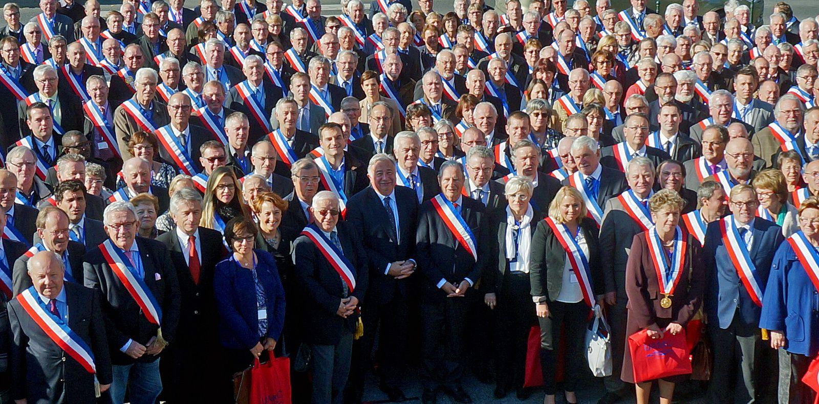 L'assemblée générale de l'Union Amicale des Maires du Calvados (UAMC) réunis à Caen autour du Président du Sénat, Gérard Larcher. 26 octobre 2015