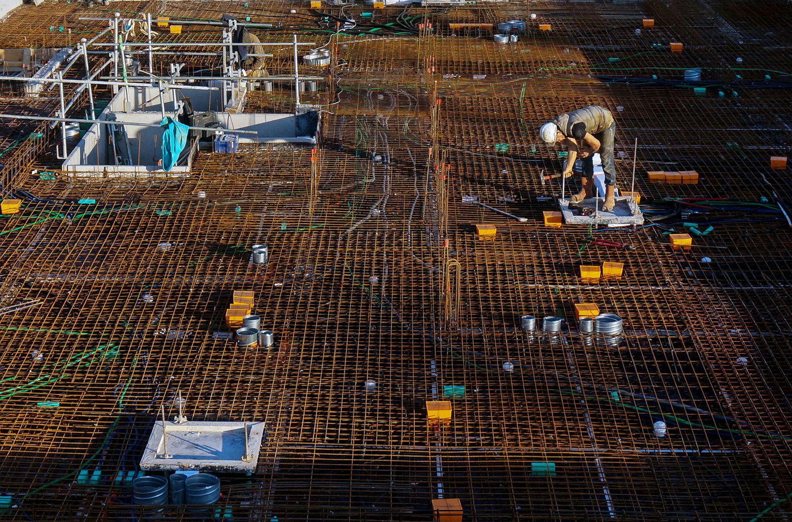 Préparation d'un plancher de logement en construction avant coulage du béton. Chantier Bouygues Immobilier Grâce de Dieu. Décembre 2015
