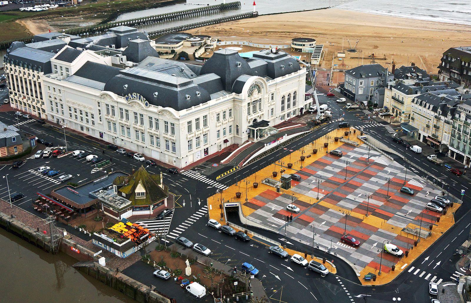 Les pigments colorés du nouveau parking du Casino de Trouville, oeuvre de l'entreprise Minéral Service. Photo aérienne François Monier, février 2016