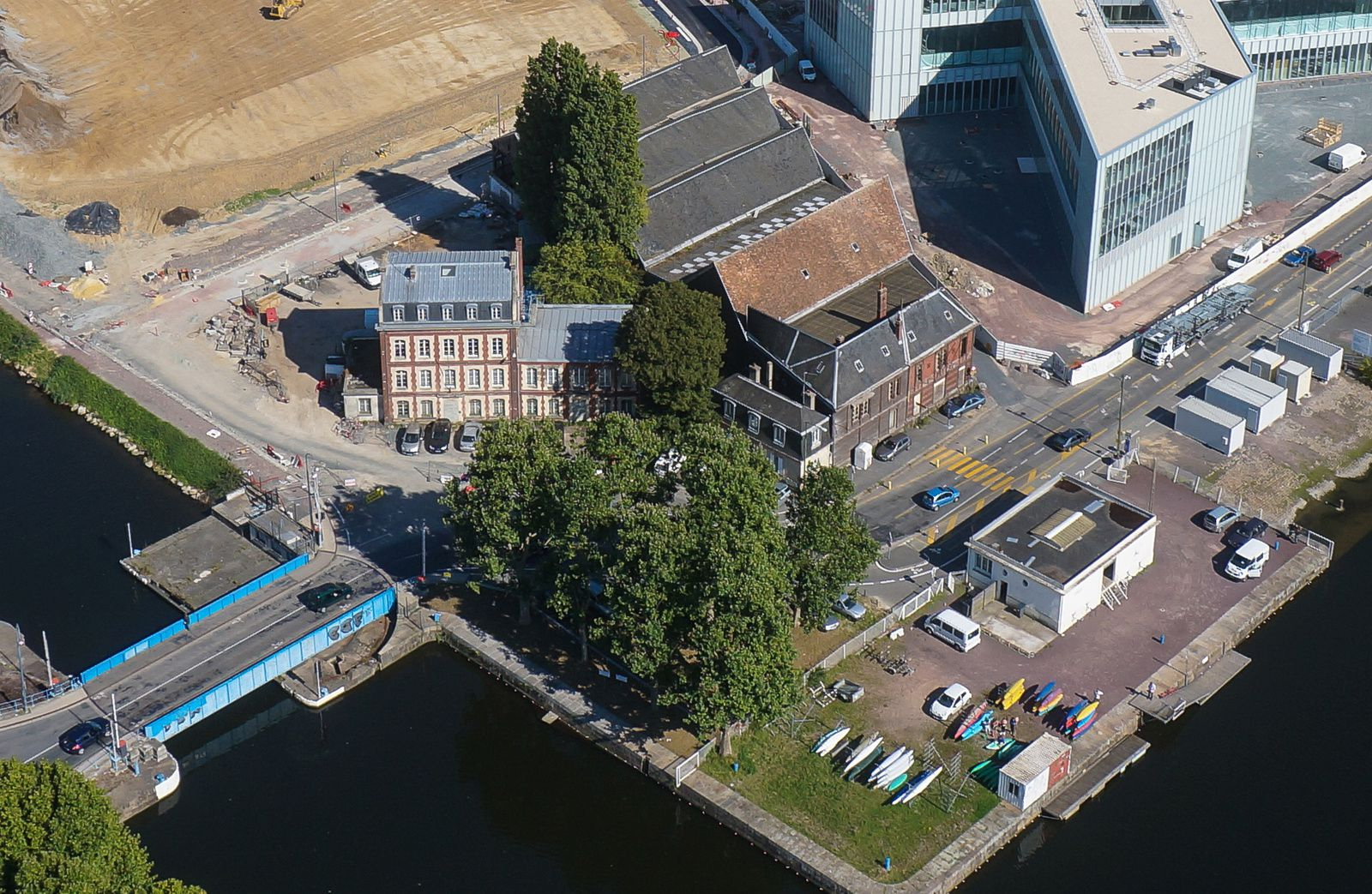 Le pavillon Savare sur le Bassin St Pierre de Caen, photographié avant et après l'incendie du 25 avril 2016. Photos aériennes François Monier.