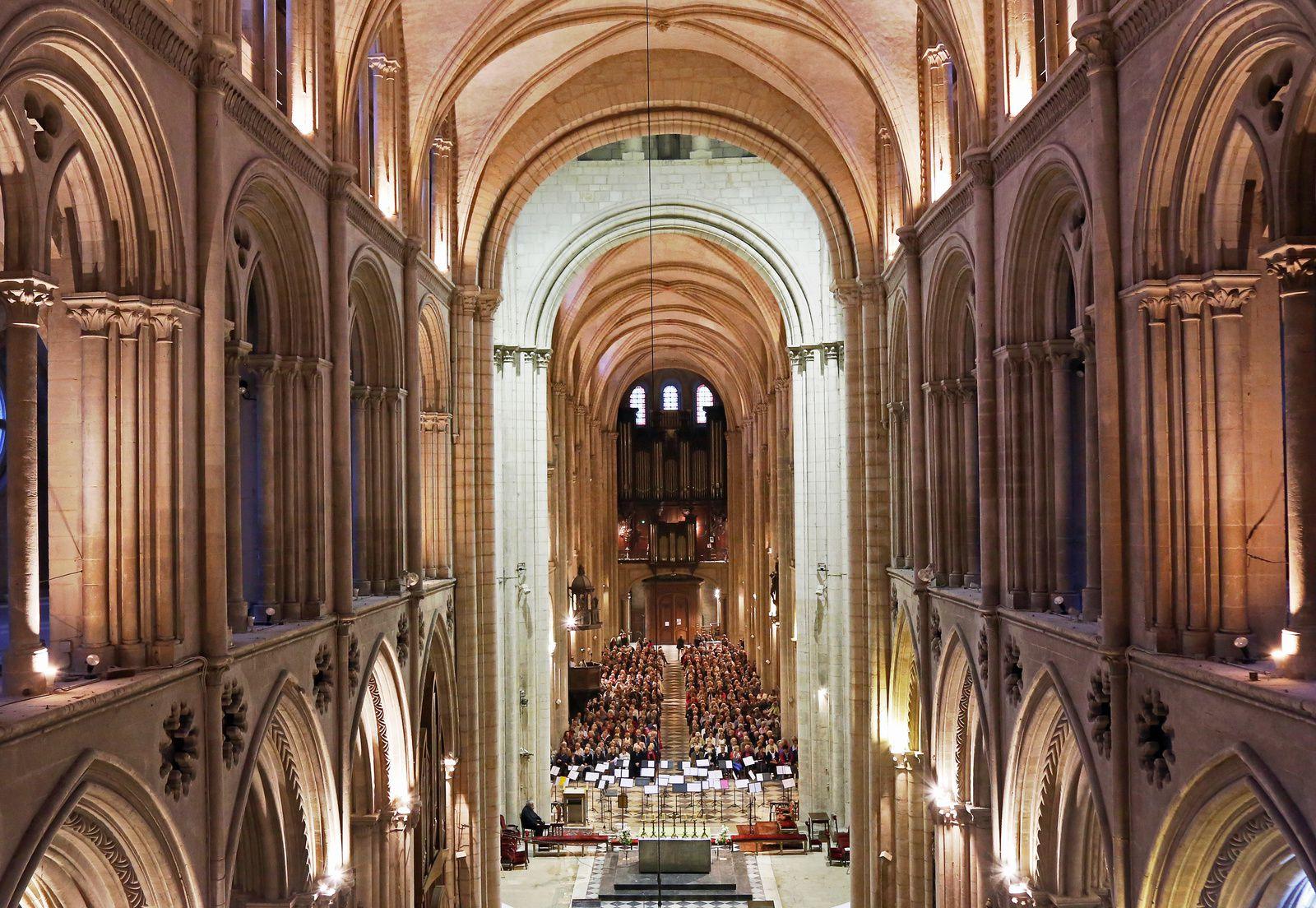Concert réunissant 95 trompettes à l'abbaye aux hommes de Caen en hommage à André Bellis, musicien emblématique caennais. Photo aérienne François Monier, septembre 2017