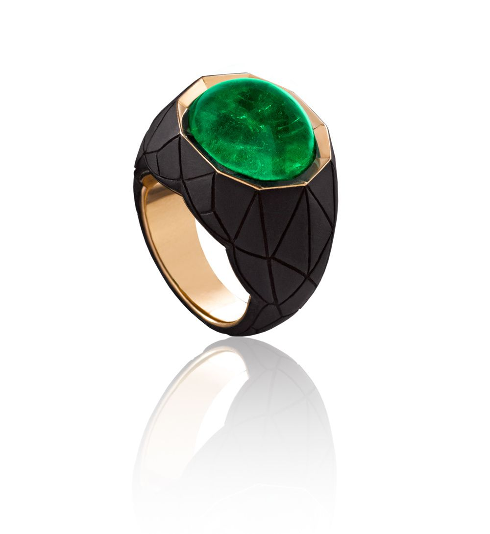 Alexandre Reza, Facette ring, Yellow gold ring ebony faceted featuring an oval cabochon Colombian emerald of 17.83 cts © Alexandre Reza
