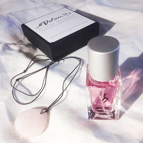 Olivier Durbano, Le coffret Pierres Poèmes: un pendentif en quartz rose et une eau de parfum «Quartz Rose,  Pink Quartz » © Olivier Durbano