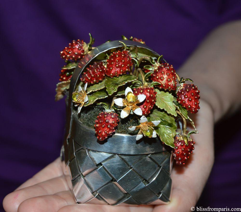 Lot 479 CARTIER  Panier de fraises  Ciselé en argent, contenant un bouquet de fraises des bois et de fleurs en argent doré et émaillé polychrome au naturel, semé de six billettes de pâtes de verre