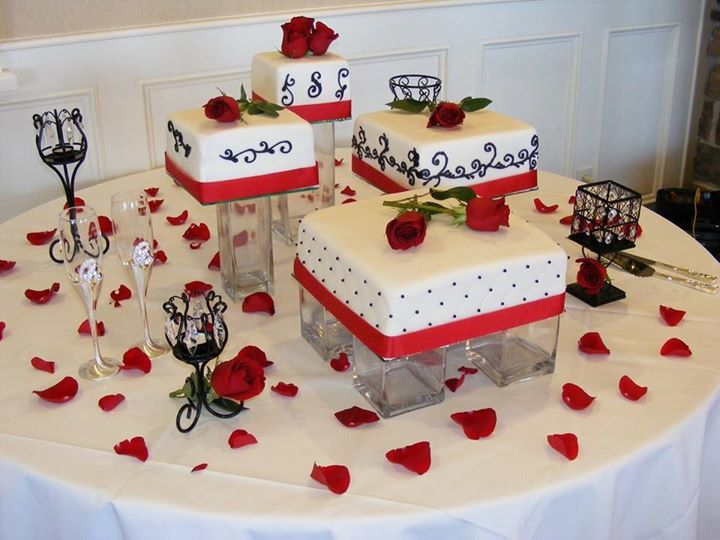 gateau de mariage blanc et rouge. Black Bedroom Furniture Sets. Home Design Ideas