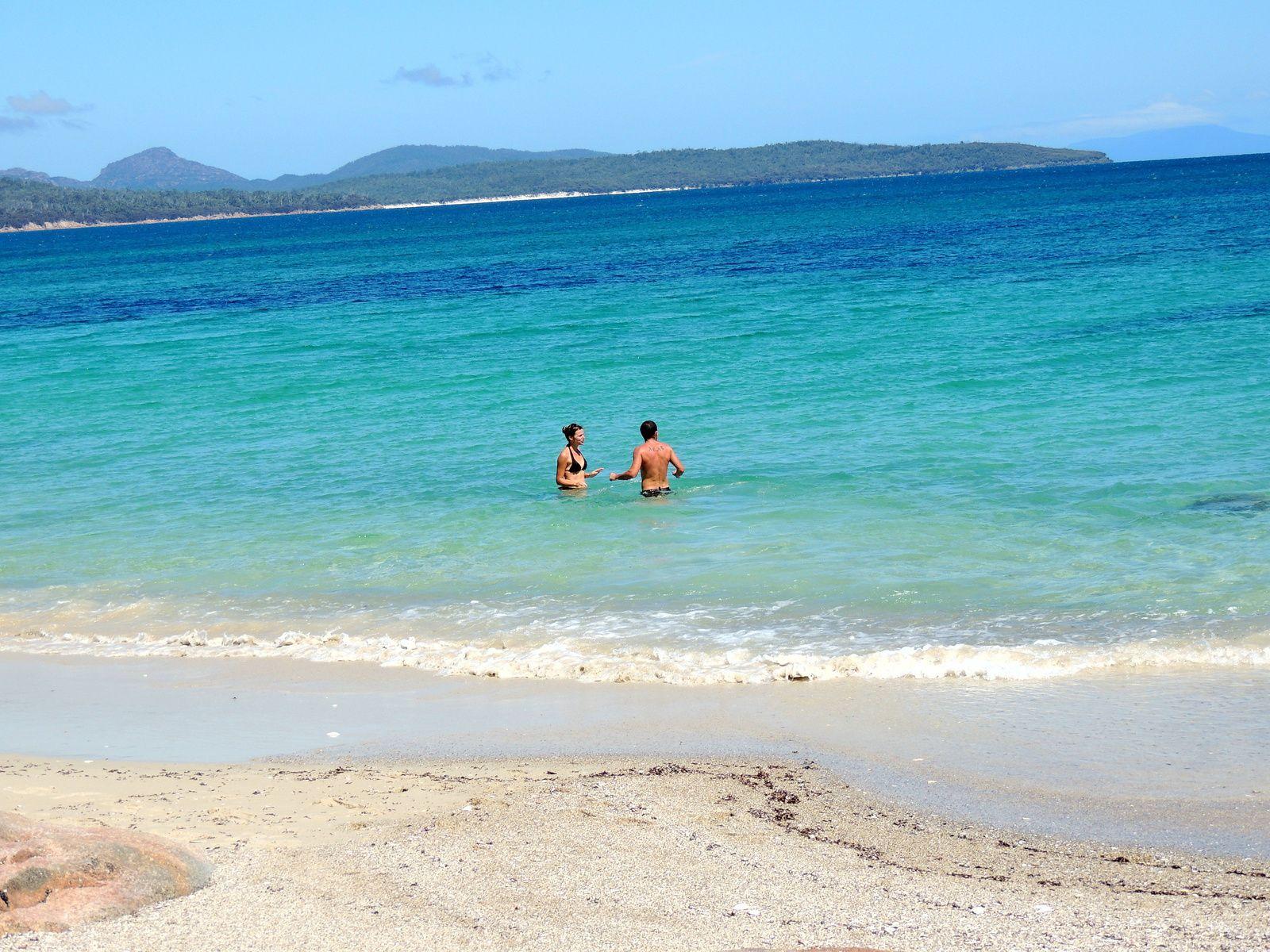 L'eau turquoise d'Hazard Beach et une vue sur Coles Bay