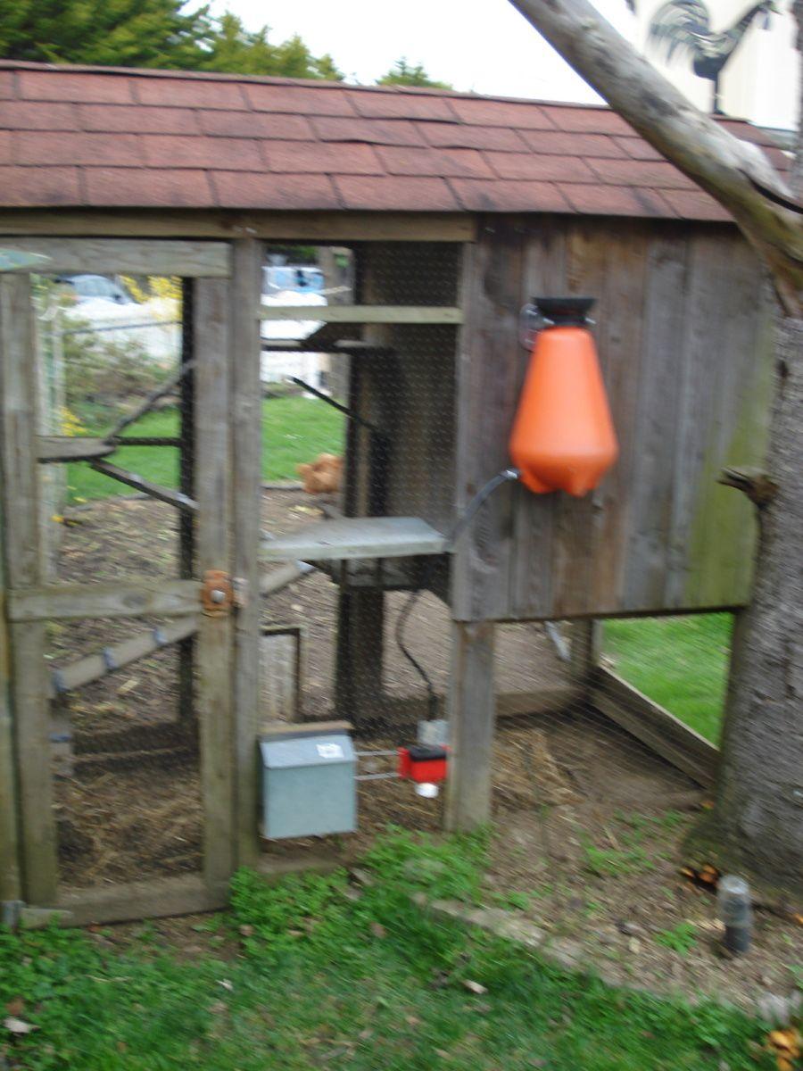 petit abreuvoir automatique avec réservoir d'eau pour une autonomie de 2 à 3 semaines  ' à gauche ce n'est pas la boite à lettre  c'est  le distributeur de graines  avec ouverture  à l'extéruieur