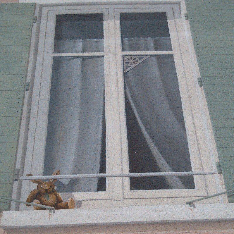 Un doudou qui prend l'air sur le rebord de sa fenêtre