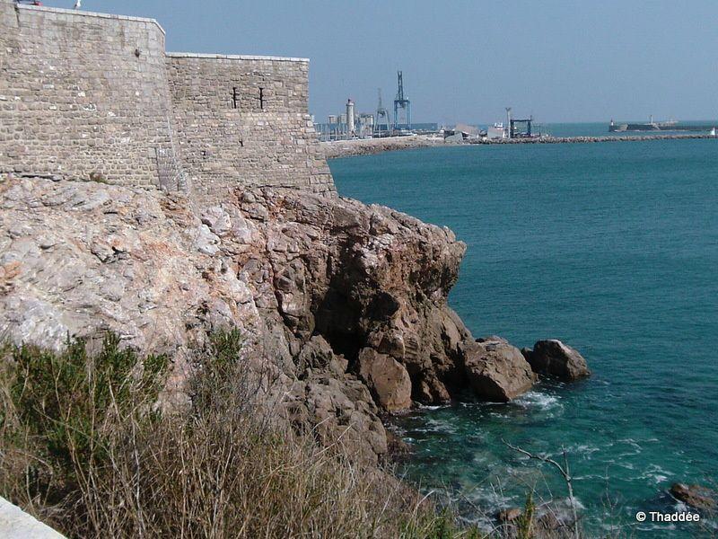 Le Théâtre de la Mer au premier plan &#x3B; au fond, les grues géantes et le phare