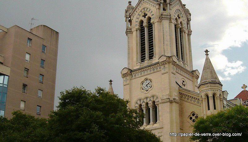 La proximité de l'église et des immeubles voisins offre des perspectives spectaculaires