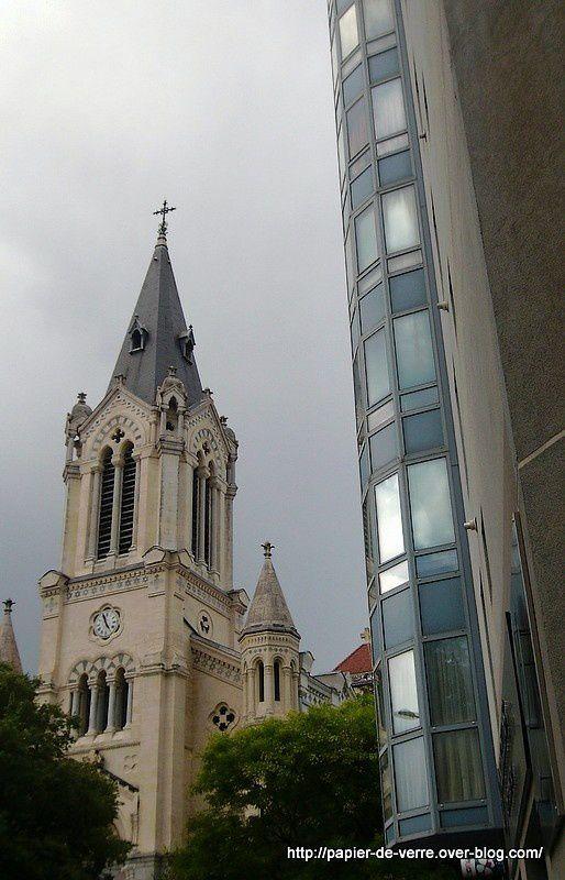 Confrontation photogénique de deux architectures radicalement opposées