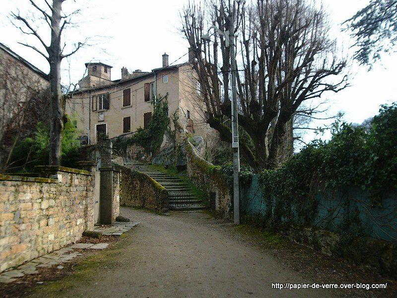 """Nous accédons à """"la maison troglodyte"""" par un large et vieil escalier de pierre"""