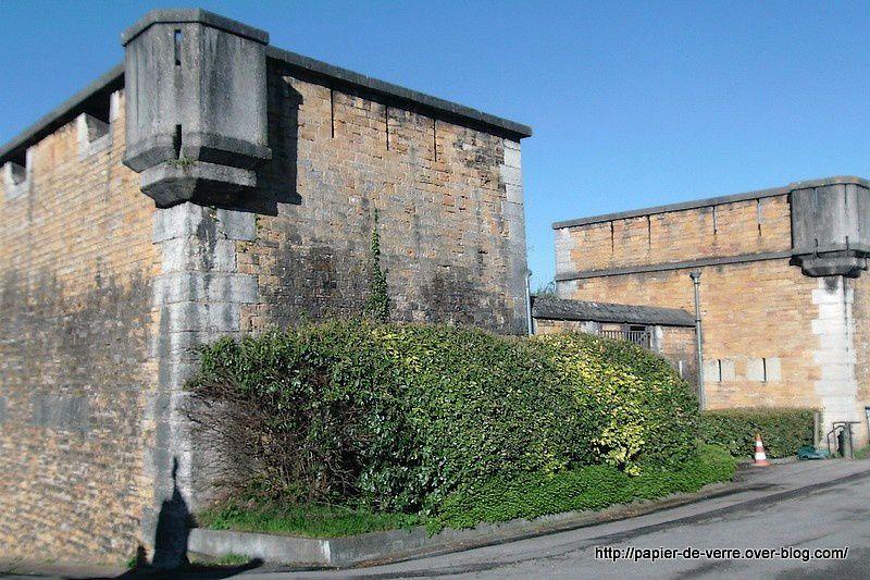 Le Fort de Loyasse avec, en chemin, l'intérieur d'une petite chapelle