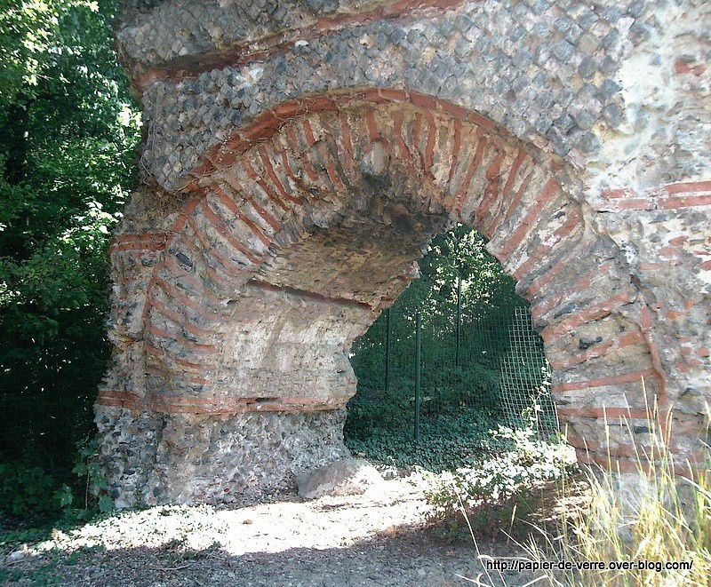 Une petite arche s'ouvre sous la grande arche