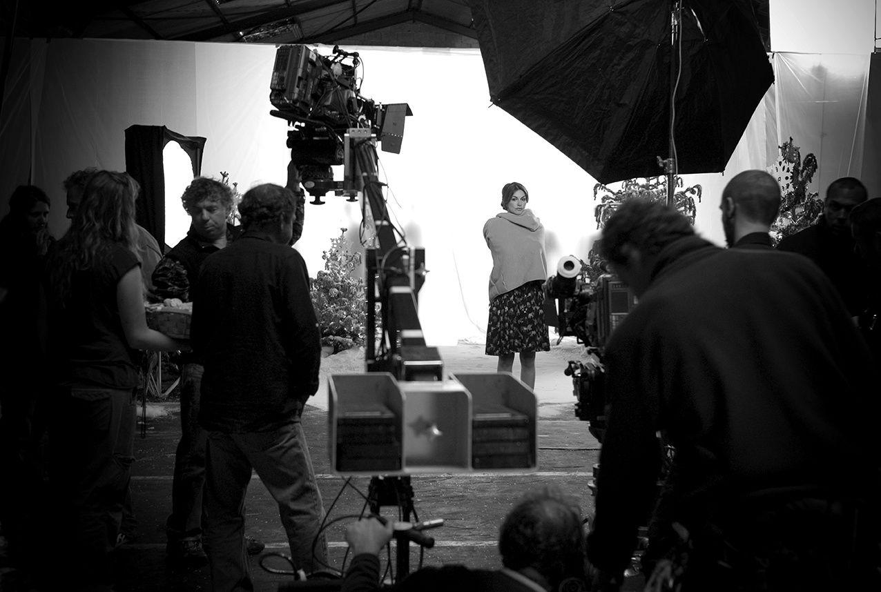 """Héléna Noguera avant une scène entourée de l'équipe du téléflm """"Au bas de l'échelle"""". Making of de la scène finale du baiser entre Héléna Noguéra et Vincent Elbaz sur le tournage du téléfilm """"Au bas de l'échelle""""."""