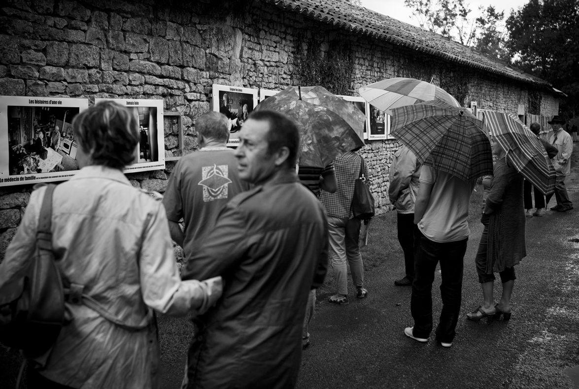 Des visiteurs passionnés que la pluie n'arrête pas.