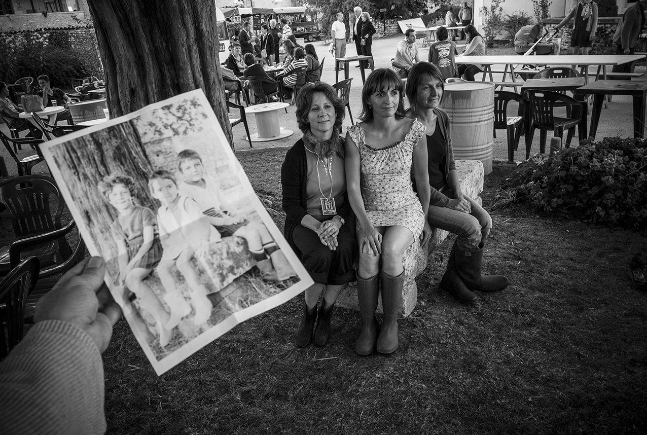 Il n'y a qu'à BarrObjectif que 3 personnes se retrouvent, 40 ans après, sur le même banc sous l'oeil d'un photographe.