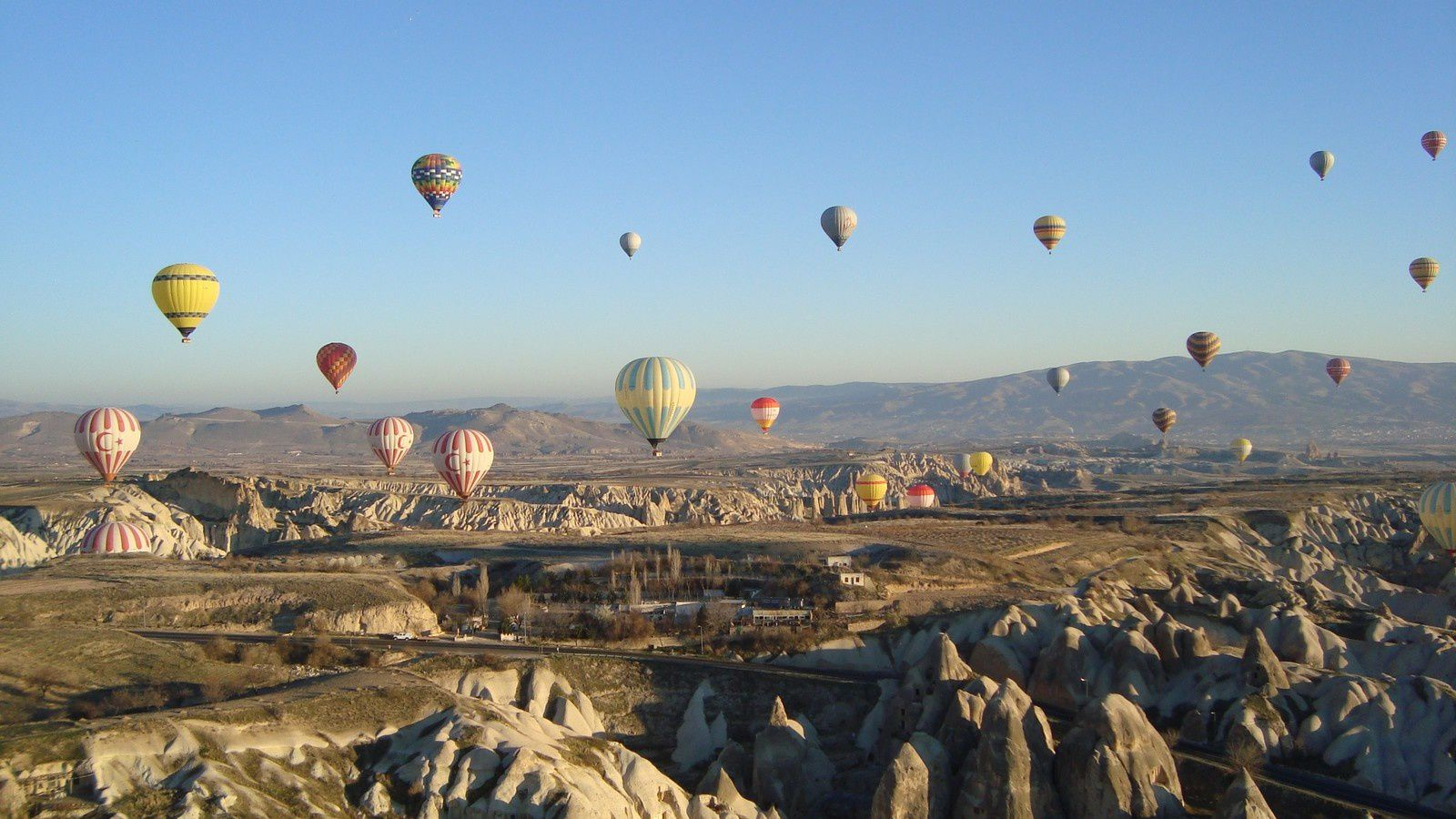 Vol en mongolfière de couleur au dessus de la Cappadoce.