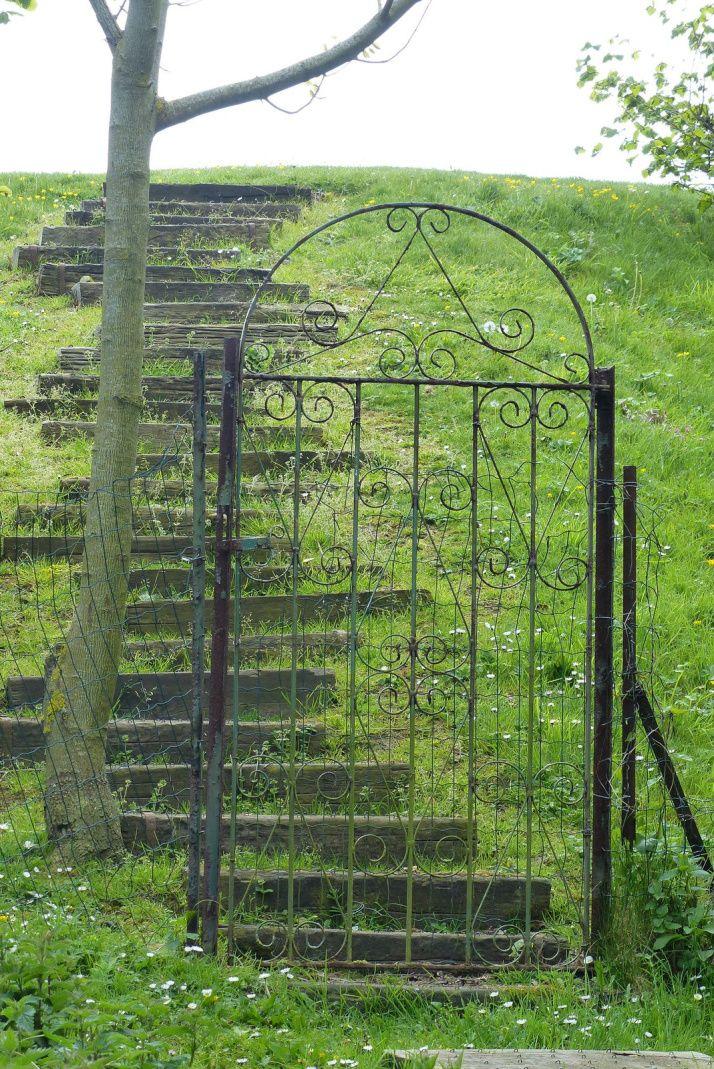 Peut-être suffit-il de pousser le portail pour entendre le murmure des roses...