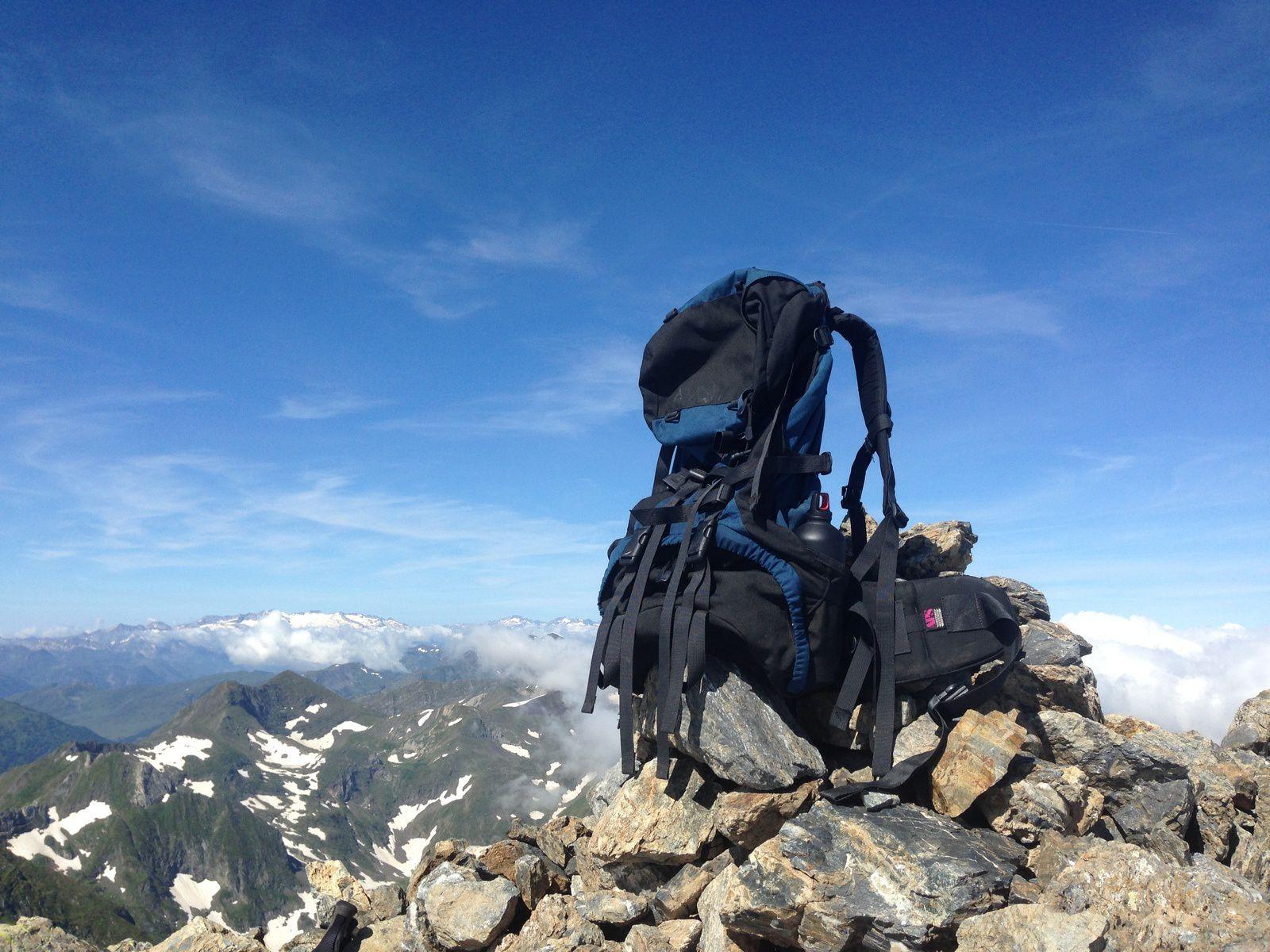 Au sommet du VALIER (2.838m) L'Anéto dans le lointain.