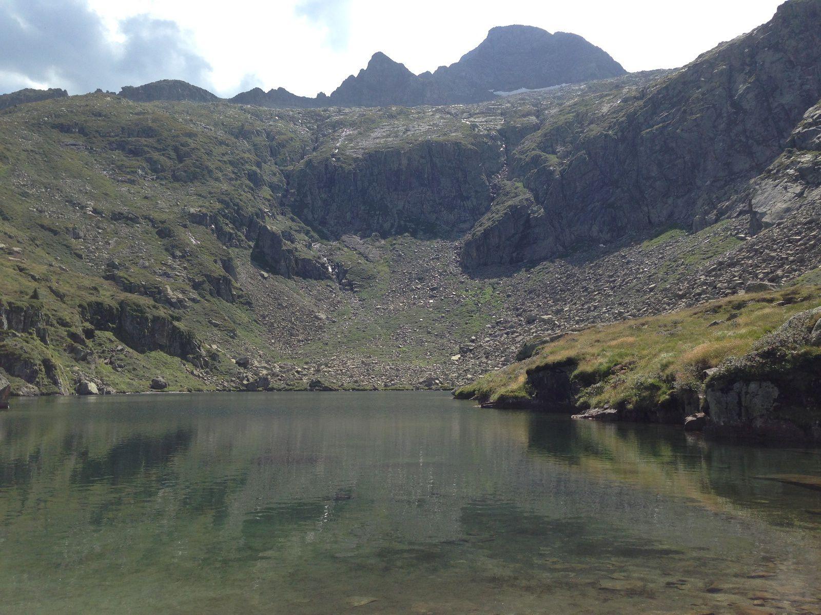 L'Etang d'ARAUECH (1.971m) au pied du VALIER. La baignade s'est imposée à moi.
