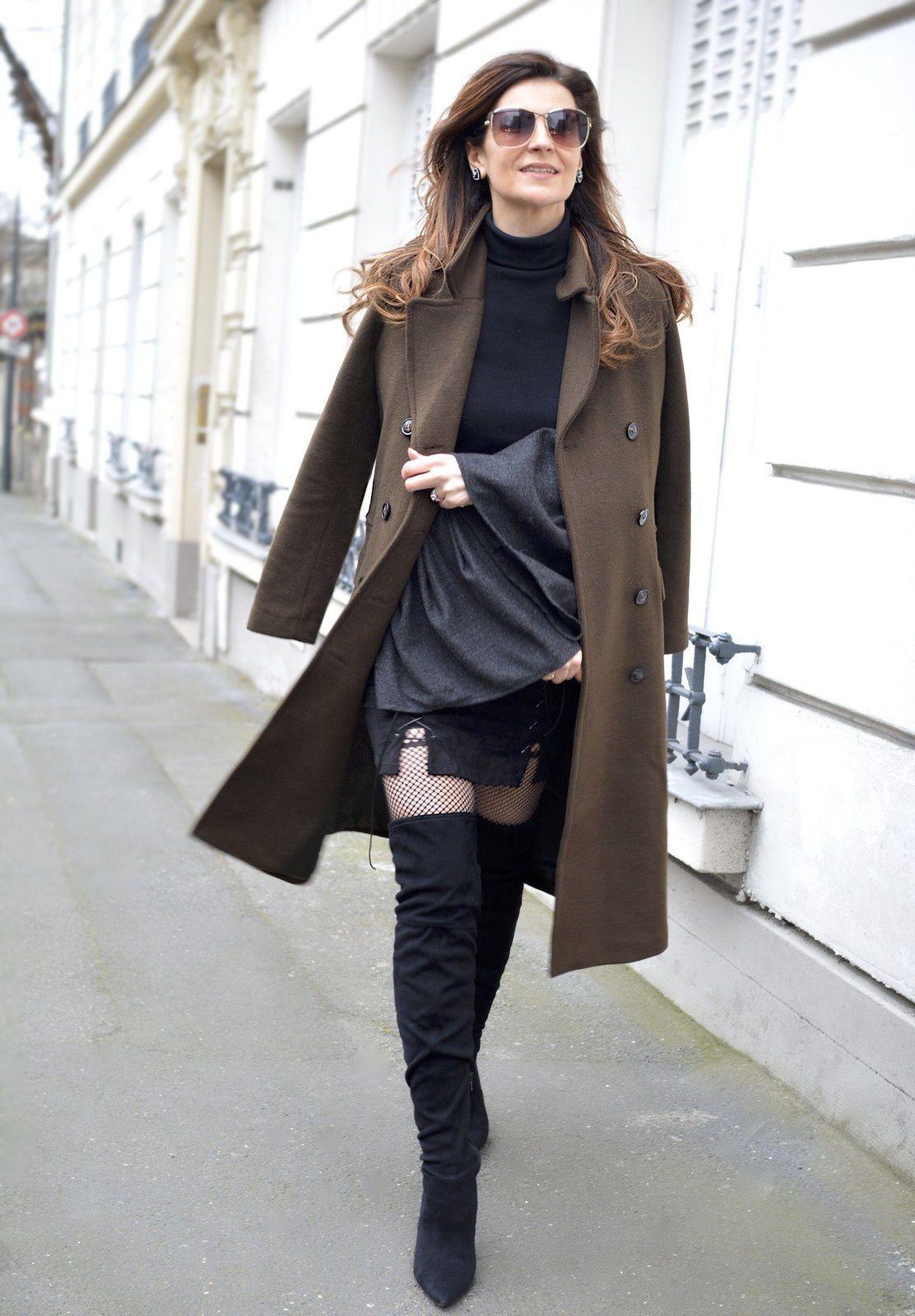 Manteau kaki et jupe à lacets �