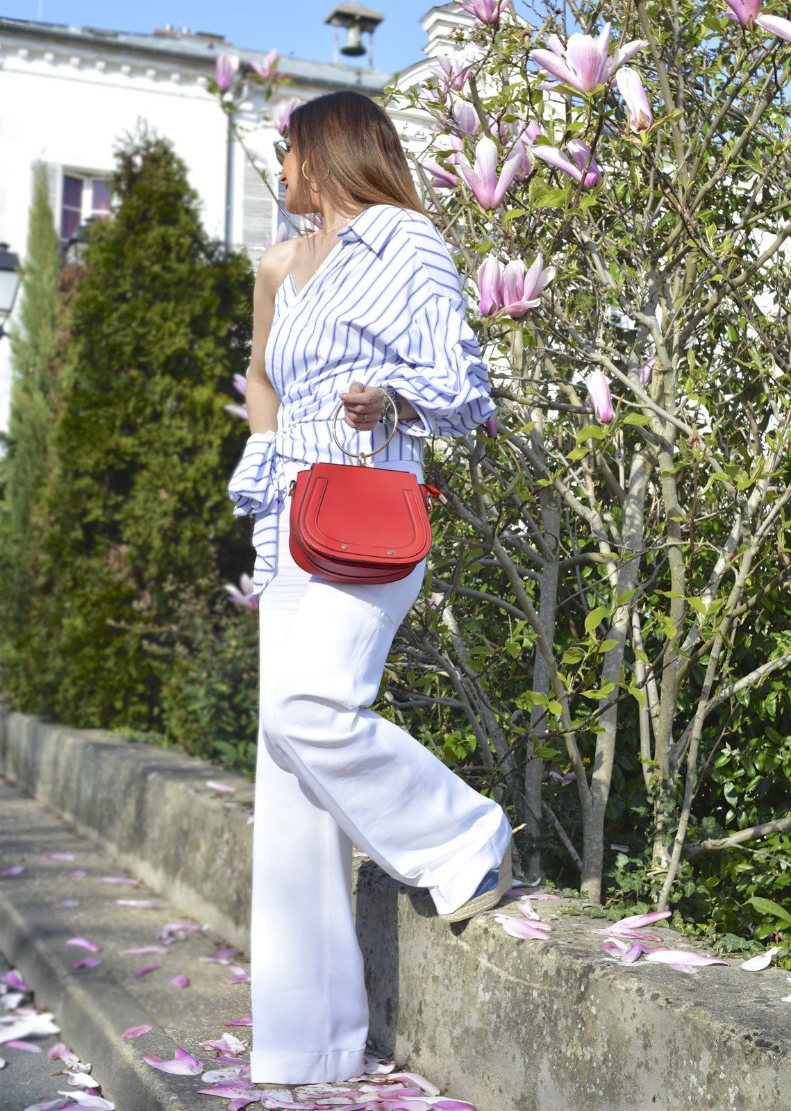 Rayures chic et sac rouge �