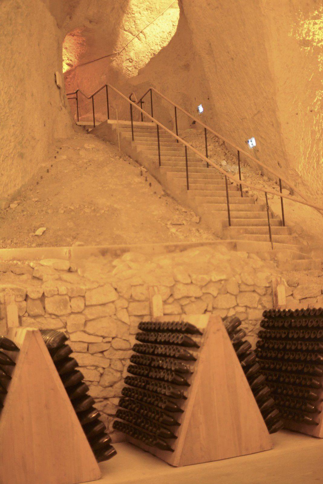 Dans la fraîcheur de ces cathédrales de craie souterraines, le vin connaît une lente maturation en bouteilles. Ce sont les Crayères, caves à champagne de la Maison Ruinart.