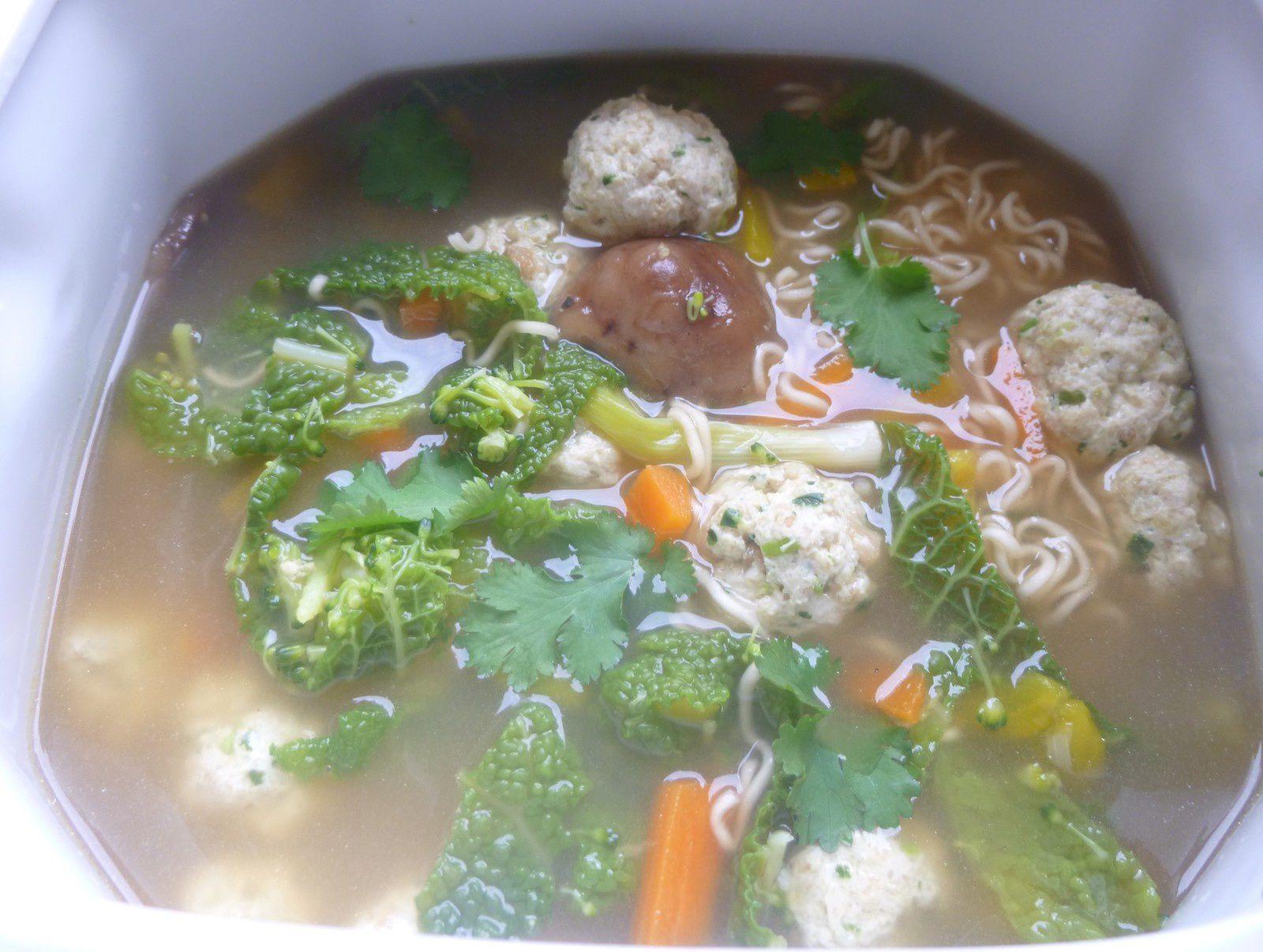 bouillon de boulettes de poulet asiatique