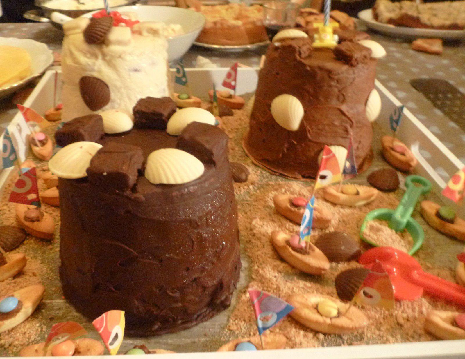 gâteaux châteaux de sable pour l'anniversaire de mon petit Maxime:biscuit chocolat/mousse au chocolat&#x3B;biscuit citron vert/mousse mangue-passion-ananas&#x3B;biscuit vanille/bavaroise vanille-framboises