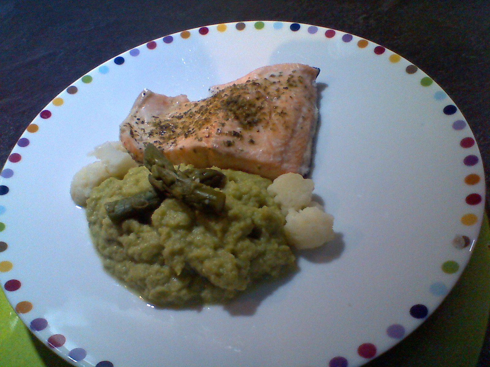 pavé de saumon ,crème de chou-fleur/asperges vertes,riz