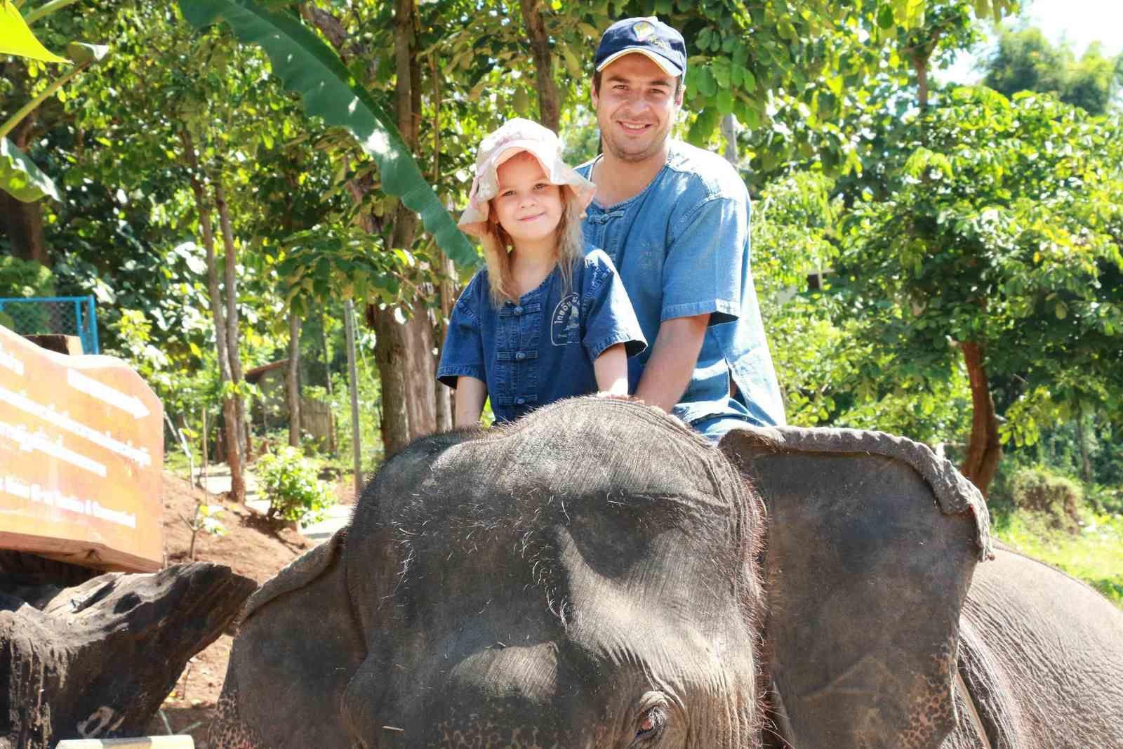 Et soudain Martin se retrouve sur la tête de l'éléphant...