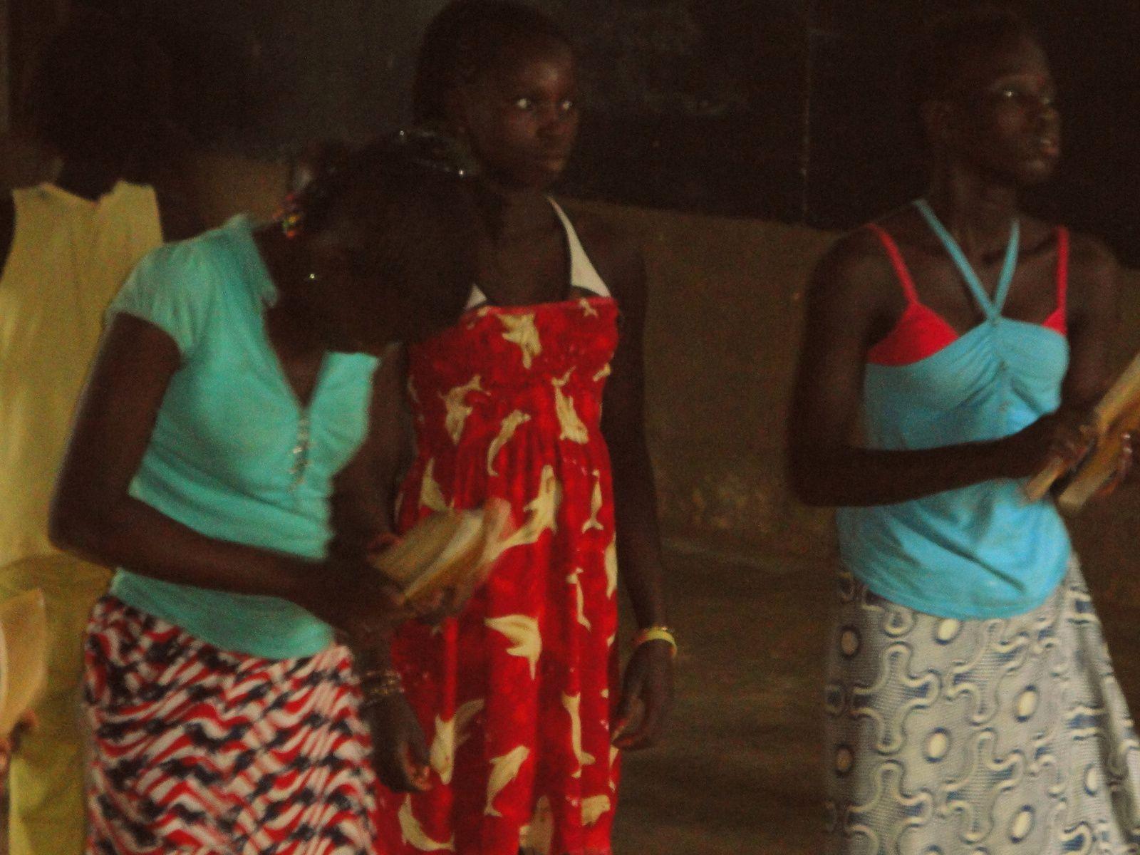 Les femmes Diolas dansent à Eloubaline...