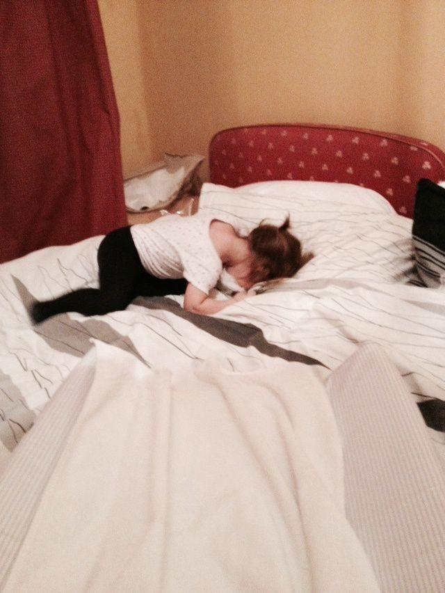 8. Faire des roulades toute seule sur le lit