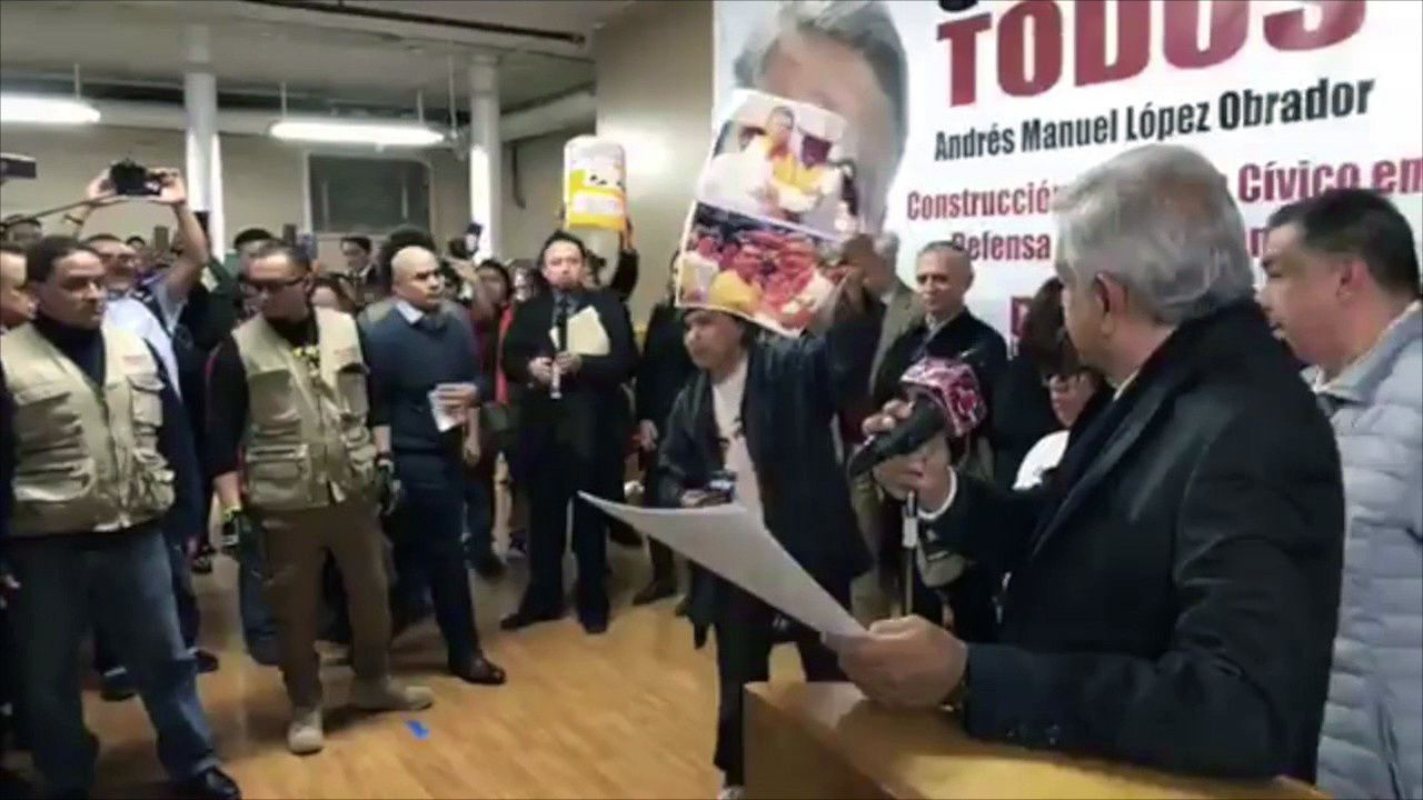 Protesta del padre de uno de los normalistas desaparecidos de Ayotzinapa durante el mitin de AMLO en Nueva York.