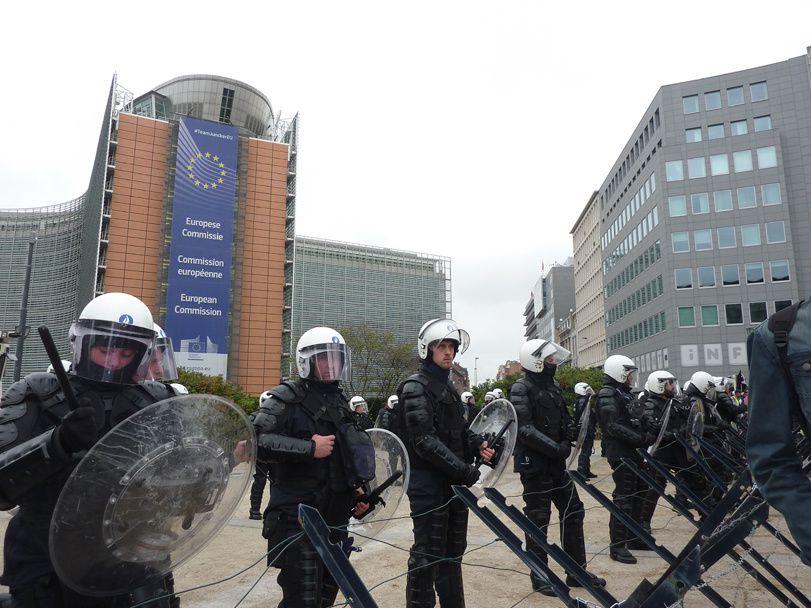 Les bureaux de la Commission européenne bien protégés lors de la manifestation des éleveurs européens le 7 septembre 2015 à Bruxelles
