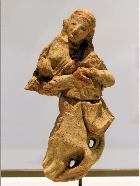 Tête en terre cuite de Leucothea, déesse marine et antéfixe d'Uni trouvées dans le sanctuaire de Pyrgi sur un haut-relief du temple A .