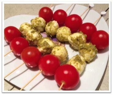 Brochettes tomates-cerises et mozzarella au pesto