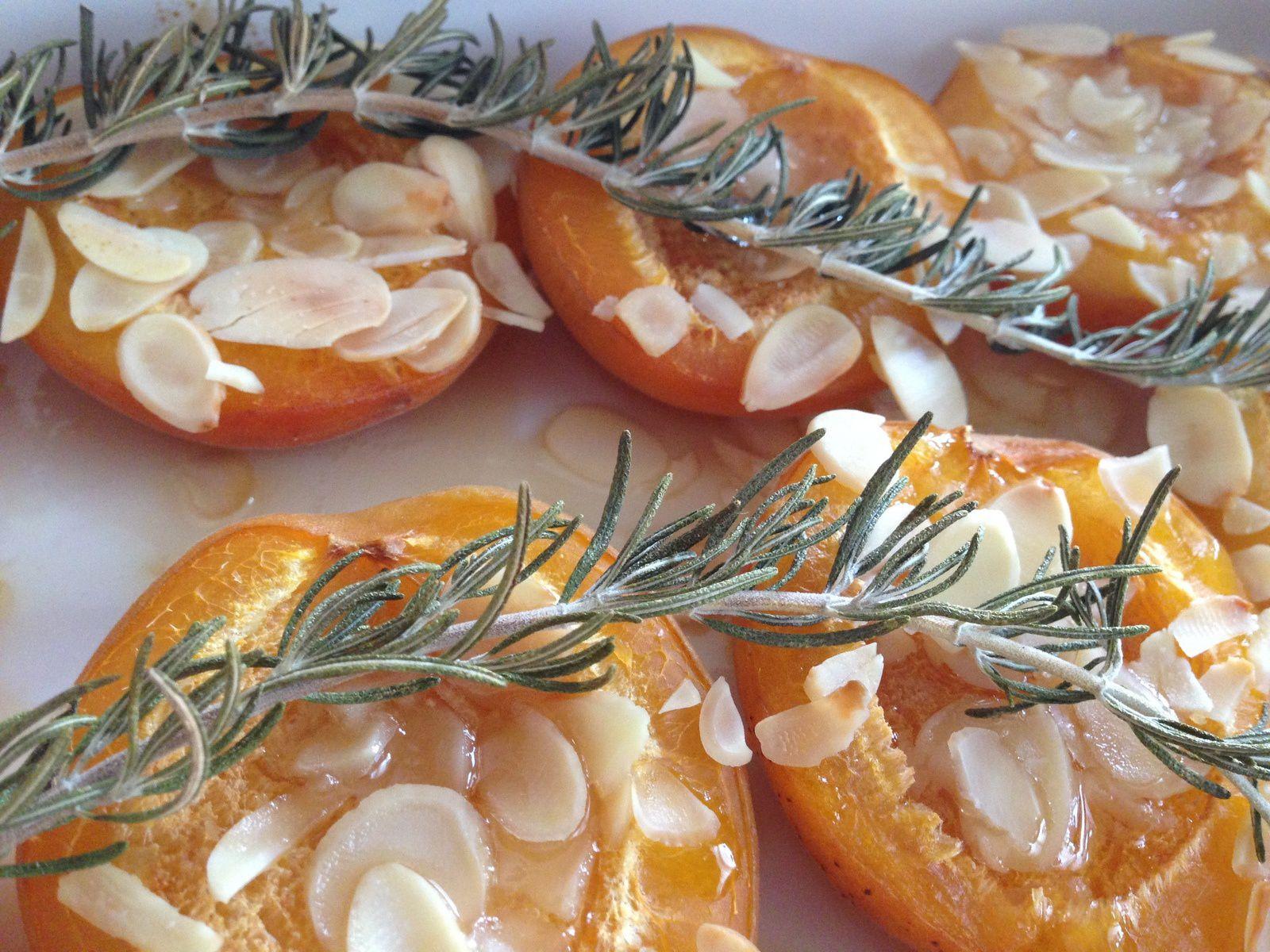 Abricots rôtis au miel, amandes et romarin